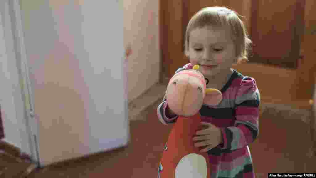 Аміра грається з жирафом, якого їй подарували члени організації «Наші діти» («Бізім балалар»), які взяли під тимчасову фінансову опіку дітей кримських політв'язнів і зниклих безвісти кримчан