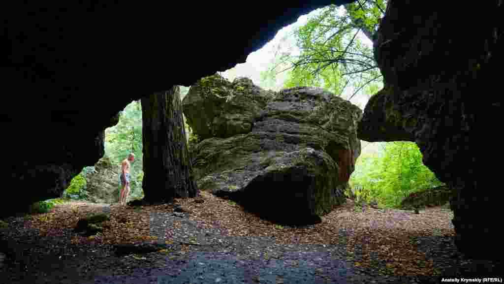 Под скалой образовалось несколько гротов, по внутренним стенам которых тоже струится вода