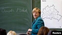 Канцлер Німеччини Анґела Меркель проводить лекцію в одній з середніх шкіл Берліна, 13 серпня 2013 рік