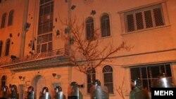 تصویری از حضور نیروهای امنیتی مقابل سفارت فرانسه در تهران به هنگام تجمع دانشجویان طرفدار دولت در سال ۱۳۸۴