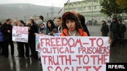 """Одна из акций протеста перед тюрьмой в Тбилиси. Надпись на плакате-""""Свободу политзаключенным, правду обществу"""""""