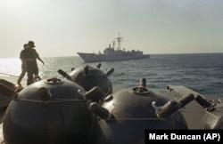 نیروهای آمریکایی در حال بررسی یک کشتی ایرانی حامل مینهای دریایی در سال ۱۹۸۷. از آخرین درگیری نظامی ایران و آمریکا در خلیج فارس ۳۱ سال میگذرد.