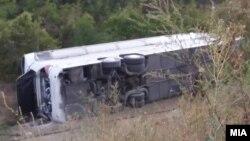 Автобус со патници се преврте на автопатот Скопје - Велес