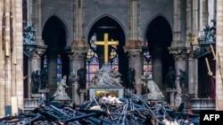 Обломки кровли после пожара в соборе Парижкой Богоматери