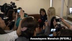 Наталья Слекишина и ее адвокат в зале суда