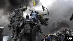 Ілюстраційне зображення. Пам'ятник засновникам Києва на майдані Незалежності під час Революції гідності. Київ, 20 лютого 2014 року