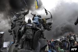 Пам'ятник засновникам Києва на майдані Незалежності під час Революції гідності. Київ, 20 лютого 2014 року
