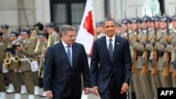 Presidents Bronislaw Komorowski (left) and Barack Obama review an honor guard at Poland's presidential palace in Warsaw on May 28.