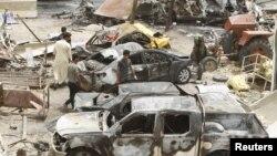 Жарылыс болған жерде жүрген адамдар. Хан-Бани-Садр, Ирак, 18 шілде 2015 жыл.