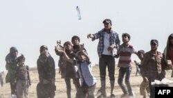 Refugjatë sirianë afër qytetit Tal Abyad, më 12 qershor 2015