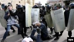 По данным следствия, разгромив кафе, омоновцы доставили группу граждан в отделение милиции