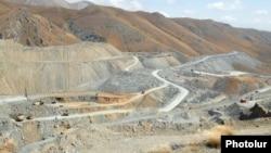 Söyüdlü yatağında 25 qızıl quyusundan 17-si Azərbaycan ərazisinə düşür.