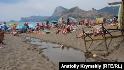«Дальше Крыма земли нет»: как отдыхают летом в Судаке (фотогалерея)