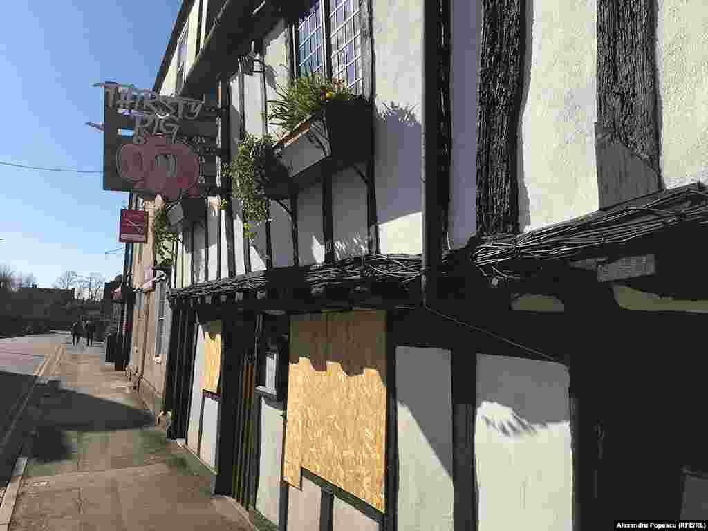 Un pub popular și-a sigilat până și geamurile. Este considerat monument de arhitectură.