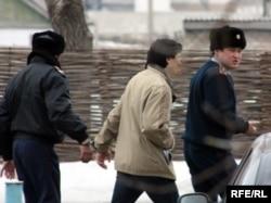 Осужденного мусульманина Валерия Твердохлеба увозят в СИЗО. Поселок Жаксы, Акмолинская область, 8 апреля 2010 года.