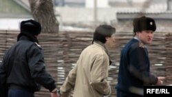 Осужденного мусульманина Валерия Твердохлеба увозят в СИЗО в Астану. Поселок Жаксы, Акмолинская область. 8 апреля 2010 года.