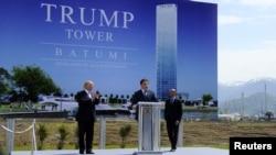 Экс-президент Грузии Михаил Саакашвили (в центре) и американский миллиардер Дональд Трамп (слева) представляют проект строительства Trump Tower в Батуми, 22 апреля 2012 г.