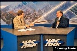 Андрей Мурашов берет интервью у экономиста Егора Гайдара (архивное фото)