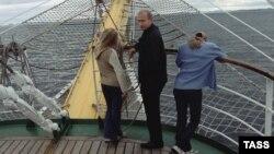 Владимир Путин с дочерьми на морской прогулке. 2002 год