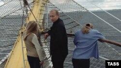 Путин с двумя дочерьми