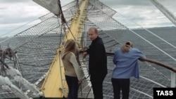 Володимир Путін з доньками під час прогулянки морем, 2002 рік