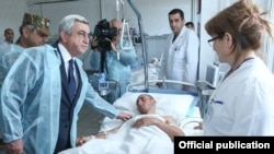 Armenia - President Serzh Sarkisian visits a military hospital in Yerevan where Armenian soldiers wounded in Nagorno-Karabakh receive treatment, 4Apr2016.