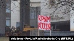 Krım parlamentinin qarşısı
