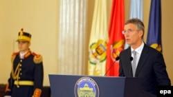 Генэральны сакратар НАТО Енс Столтэнберг выступае ў прэзыдэнцкім палацы ў Бухарэсце.