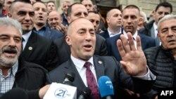 Fostul premier kosovar Ramush Haradinaj (centru), vorbind presei în fața Curții de la Colmar, 27 aprilie 2017