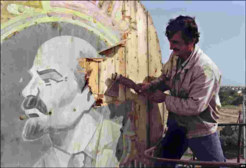 A Baku resident chops out a portrait of Russian Bolshevik leader Vladimir Lenin on September 21, 1991, a month before the Supreme Council of Azerbaijan adopted a declaration of independence.