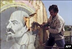 ბაქოს მაცხოვრებელი ლენინის პორტრეტის ჩამოგლეჯისას 1991 წ. 21 სექტემბერს. მანამდე თითქმის ერთი თვით ადრე აზერბაიჯანმა საბჭოთა კავშირისგან დამოუკიდებლობა გამოაცხადა.