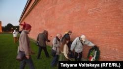 Возложение венков к стене Петропавловской крепости, Санкт-Петербург, 5 сентября 2017 года