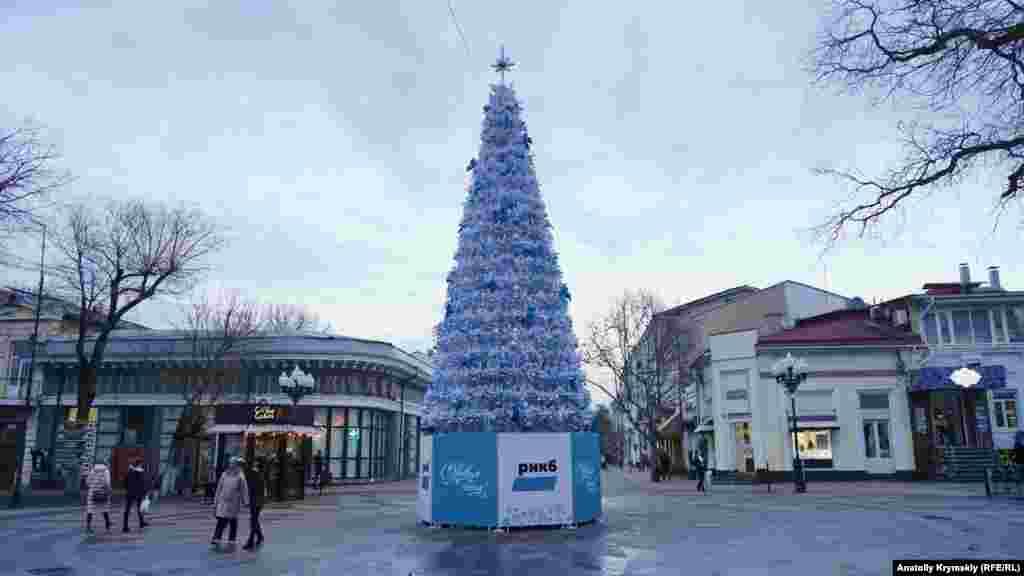 Красуется елка и возле «черной» аптеки на перекрестке улиц Пушкина и Горького