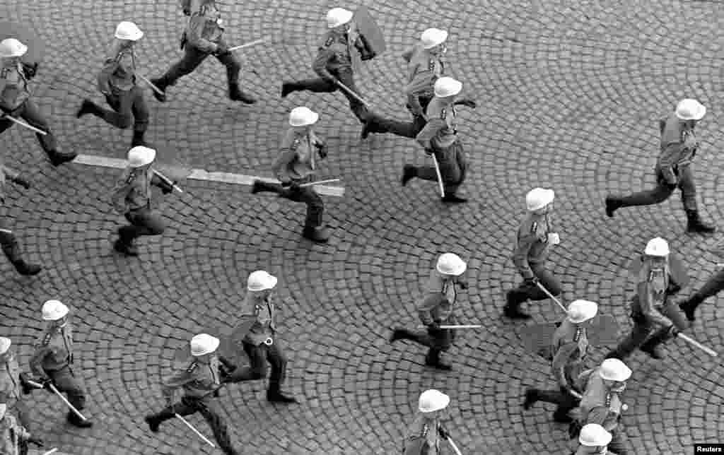 Полицейские бегут за протестующими, которые собрались в годовщину советского вторжения в Чехословакию. 21 августа 1968 года.