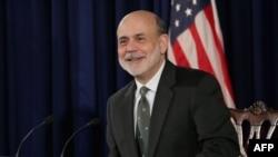 Редкий момент - улыбающийся Бен Бернанке