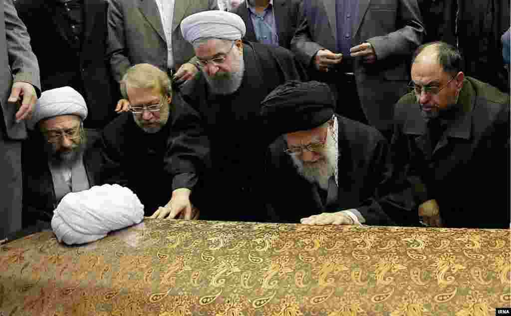 آیتالله علی خامنهای بر پیکر آیتالله هاشمی رفسنجانی نماز خواند. در تصویر به همراه او، وحید حقانیان از مسئولان دفتر آقای خامنهای، و روسای سه قوه مجریه، مقننه و قضاییه دیده میشوند.