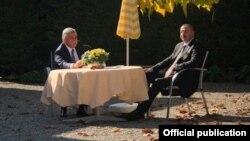 Фотография из микроблога в Twitter пресс-секретаря президента Армении