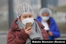 Женщина в защитной маске в Москве