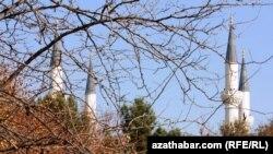 Aşgabatdaky Ärtogrul gazy metjidiniň minaralary