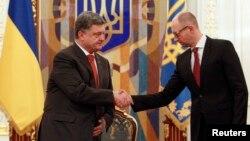 Президент України Петро Порошенко (ліворуч) та прем'єр-міністр України Арсеній Яценюк. Архівне фото