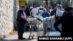 نیروهای اسرائیلی در حال انتقال جسد یکی از فلسطینیهای کشته شده در روز شنبه