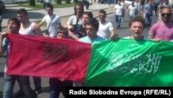 Протест на млади муслимани против апсењата во врска со петкратното убиство кај Смиљковското Езеро.