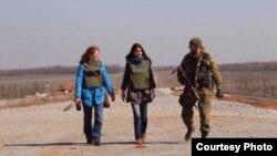Фото зі зйомок фільму «Війна химер». Фото Марії Старожицької (на фото зліва)