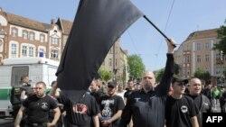 Архивска фотографија: Приврзаници на Неонацистичката партија НПД маршираат во Берлин.