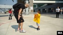 Синот на капитенот Перо Антиќ прв го пречека татка си на аеродромот по враќањето од ЕП во Литванија.