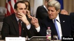 آقای مکگرک میگوید ایران حامی گروههای شبهنظامی شیعه در عراق است، در همین حال آقای کری این حمایت را مفید نامیده است