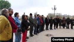 Франция – представители армянской и турецкой общин Парижа вместе отмечают 94-ю годовщину Геноцида армян, 19 апреля 2009 г.