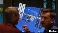 Ljudi ispred fotografije Međunarodne kozmičke agencije pre konferencije o Sojuzu