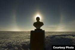 Памятник Ленину на Полюсе Недоступности на Антарктиде