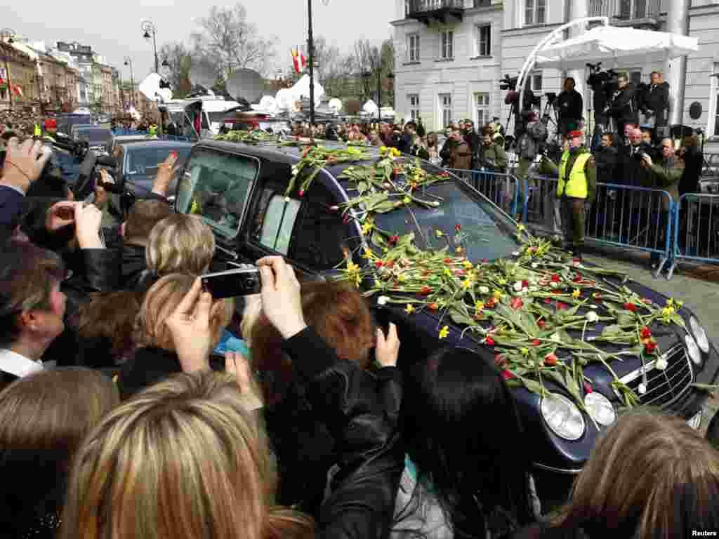 Працэсія з труной першай лэдзі Марыяй Качыньскай кіруецца да прэзыдэнцкага палацу ў Варшаве